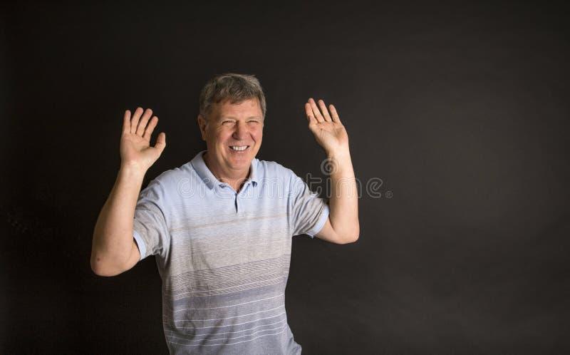 Download Όμορφο περιστασιακό άτομο που εξετάζει τη κάμερα Στοκ Εικόνες - εικόνα από γέλιο, ωριμότητα: 62712808