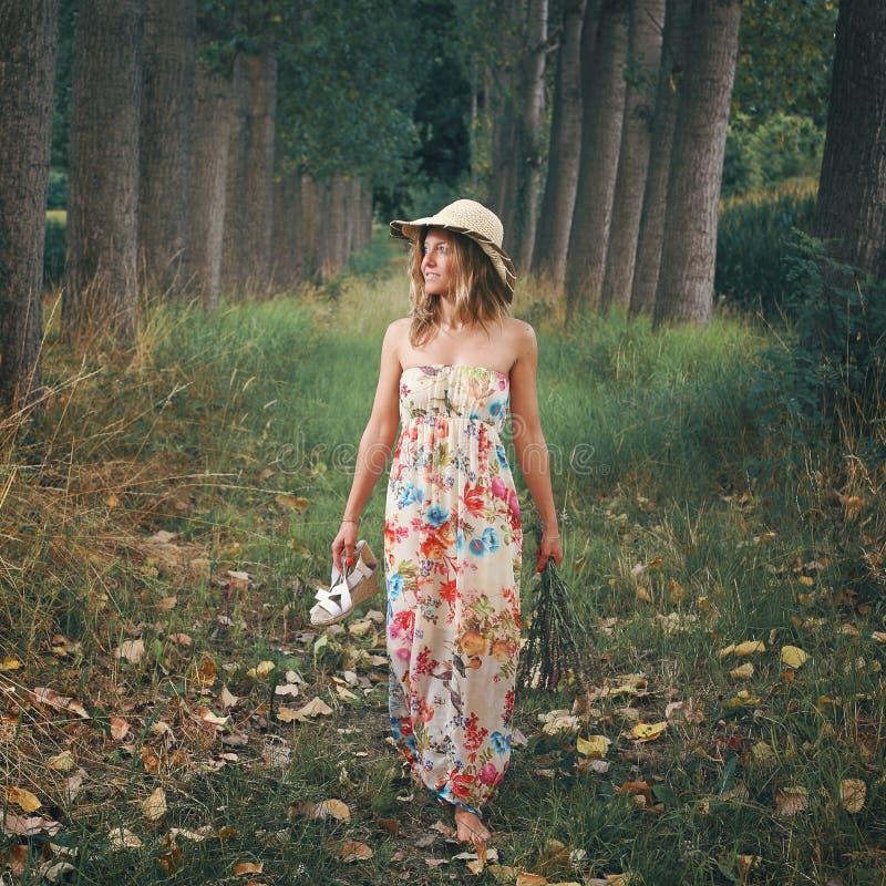 Όμορφο περπάτημα γυναικών ξυπόλυτο στη φύση στοκ φωτογραφία με δικαίωμα ελεύθερης χρήσης