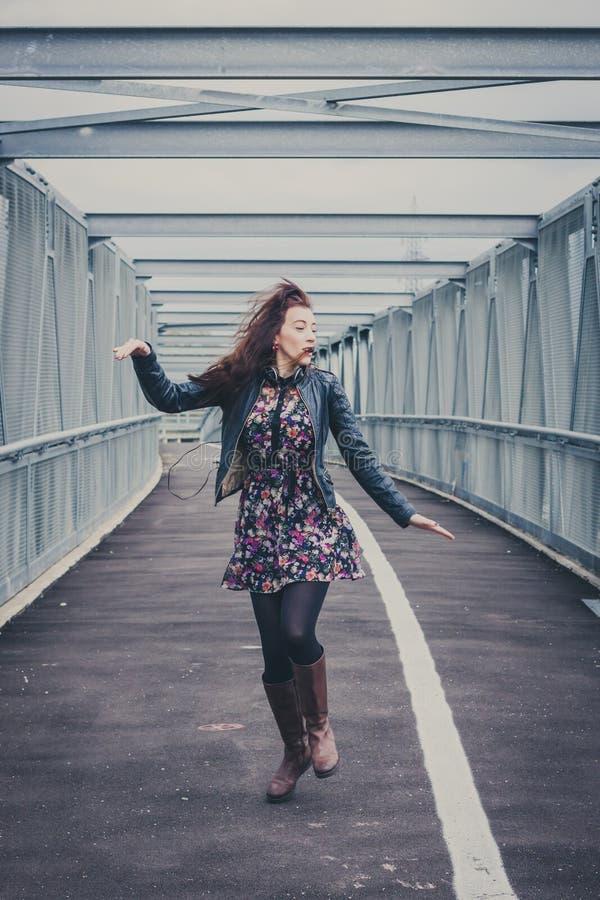 Όμορφο περπάτημα κοριτσιών ευτυχές σε μια γέφυρα στοκ φωτογραφία με δικαίωμα ελεύθερης χρήσης