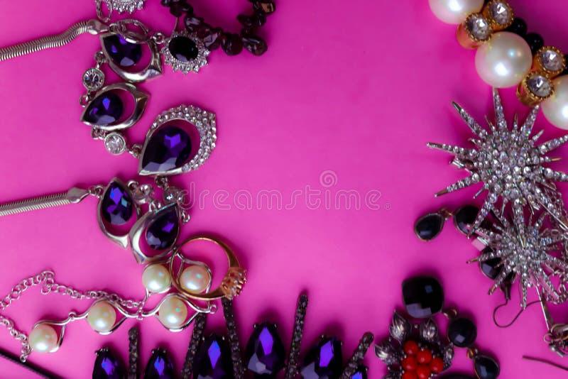 Όμορφο πολύτιμο λαμπρό σύνολο κοσμήματος κοσμημάτων καθιερώνον τη μόδα γοητευτικό, περιδέραιο, σκουλαρίκια, δαχτυλίδια, αλυσίδες, στοκ εικόνες
