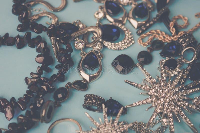 Όμορφο πολύτιμο λαμπρό σύνολο κοσμήματος κοσμημάτων καθιερώνον τη μόδα γοητευτικό, περιδέραιο, σκουλαρίκια, δαχτυλίδια, αλυσίδες, στοκ φωτογραφίες με δικαίωμα ελεύθερης χρήσης