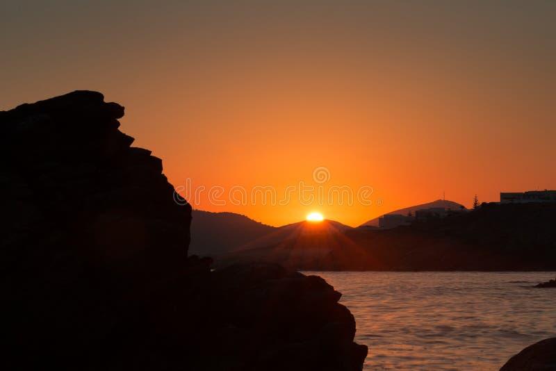 Όμορφο πορτοκαλί seascape με το ήρεμο ηλιοβασίλεμα νερού στοκ εικόνες