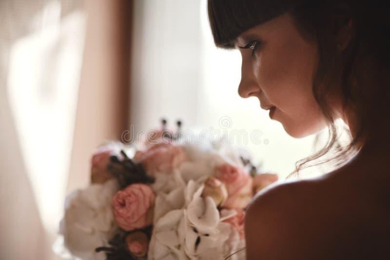 Όμορφο πορτρέτο γυναικών νυφών στο άσπρο φόρεμα Καρφιά Manicured Γαμήλιο κορίτσι στο γαμήλιο φόρεμα πολυτέλειας στοκ εικόνες