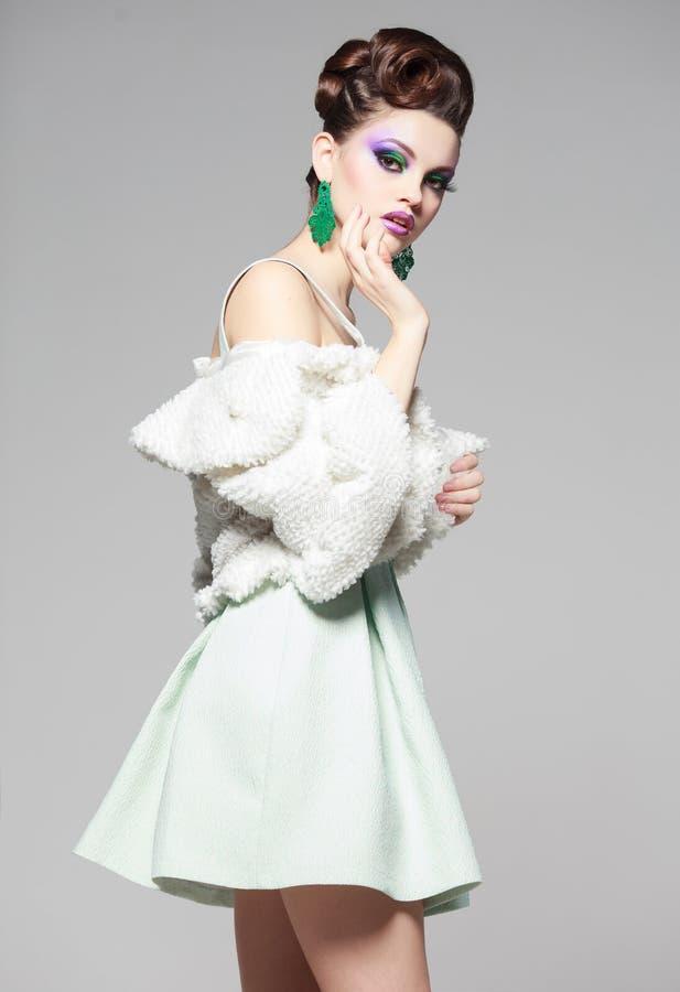 Όμορφο πορτρέτο γυναικών που φορά το άσπρες φόρεμα και τη γούνα στοκ φωτογραφία με δικαίωμα ελεύθερης χρήσης