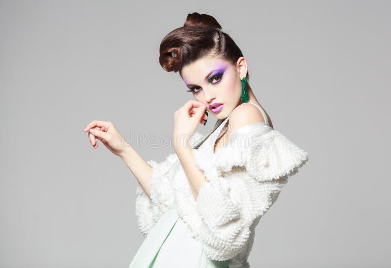 Όμορφο πορτρέτο γυναικών που φορά το άσπρες φόρεμα και τη γούνα στοκ εικόνα με δικαίωμα ελεύθερης χρήσης