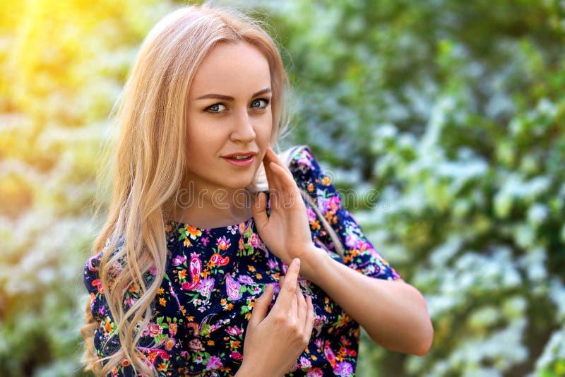 Όμορφο πορτρέτο γυναικών στα ιώδη λουλούδια δέντρων στοκ φωτογραφίες με δικαίωμα ελεύθερης χρήσης