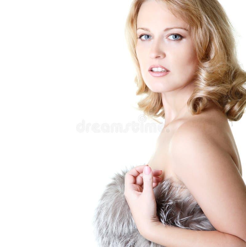 Όμορφο πορτρέτο γυναικών στις γούνες, το μέσα ενήλικα θηλυκά πρόσωπο και το shou στοκ φωτογραφία με δικαίωμα ελεύθερης χρήσης