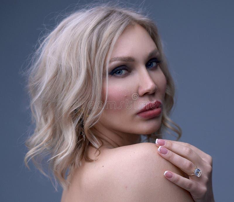 Όμορφο πορτρέτο γυναικών στοκ εικόνες με δικαίωμα ελεύθερης χρήσης