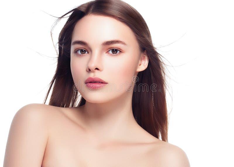 Όμορφο πορτρέτο γυναικών Brunette με το υγιές τρίχωμα Σαφής φρέσκος στοκ εικόνα
