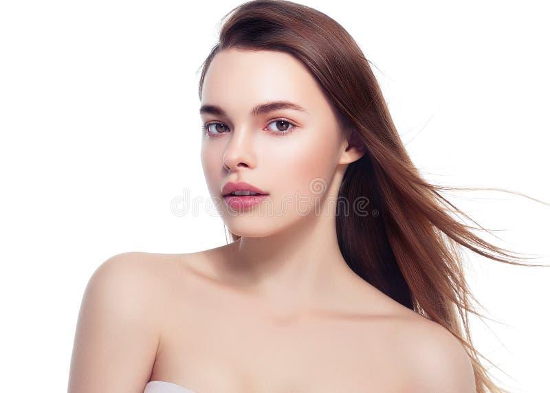 Όμορφο πορτρέτο γυναικών Brunette με το υγιές τρίχωμα Σαφής φρέσκος στοκ εικόνες