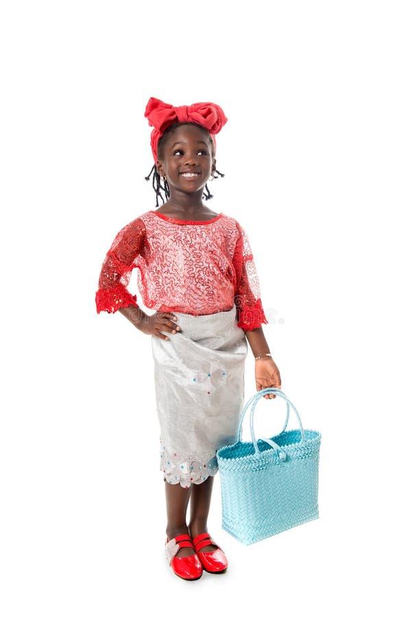 Όμορφο πορτρέτο ενός ευτυχούς μικρού κοριτσιού με την τσάντα tote απομονωμένος στοκ φωτογραφία με δικαίωμα ελεύθερης χρήσης