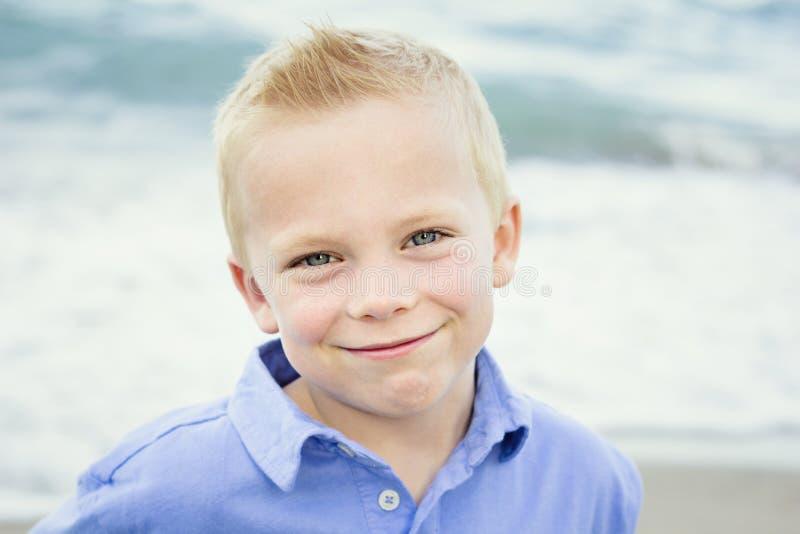 Όμορφο πορτρέτο ενός ευτυχούς μικρού παιδιού στοκ φωτογραφία με δικαίωμα ελεύθερης χρήσης