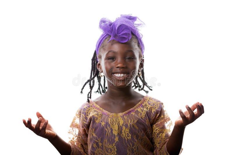 Όμορφο πορτρέτο ενός ευτυχούς χαμόγελου μικρών κοριτσιών απομονωμένος στοκ εικόνες