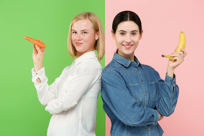 Όμορφο πορτρέτο κινηματογραφήσεων σε πρώτο πλάνο των νέων γυναικών με τα φρούτα και λαχανικά τρόφιμα έννοιας υγιή στοκ εικόνες