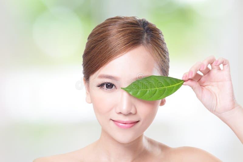 Όμορφο πορτρέτο προσώπου γυναικών με το πράσινο φύλλο στοκ φωτογραφία με δικαίωμα ελεύθερης χρήσης