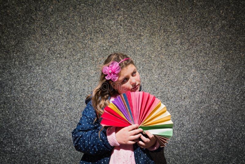 Όμορφο πορτρέτο της γοητείας του στοχαστικού σοβαρού μικρού κοριτσιού ενάντια στο μαρμάρινο τοίχο στοκ εικόνες