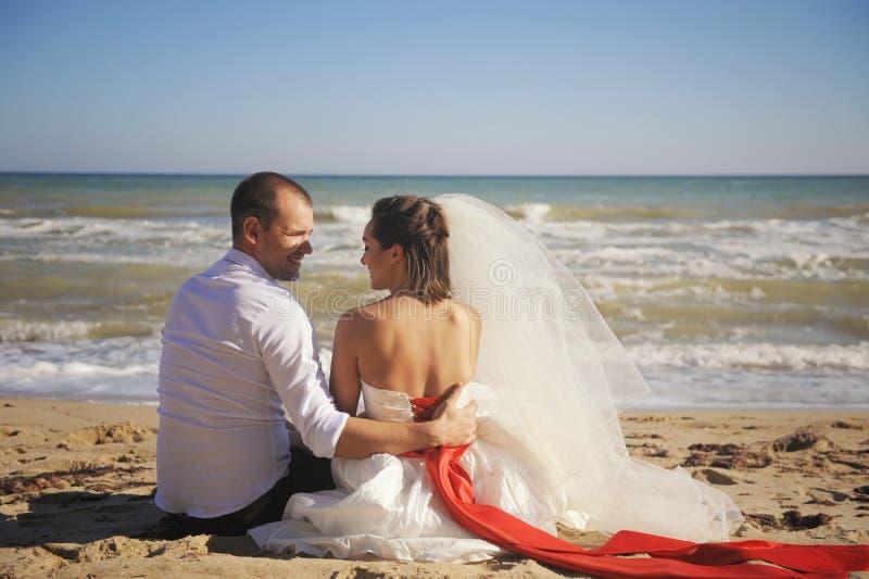 Όμορφο πορτρέτο της νύφης με το νεόνυμφο, γάμος υπαίθριος στοκ φωτογραφία