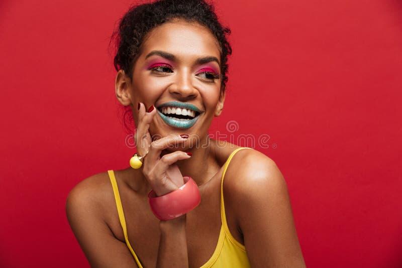 Όμορφο πορτρέτο του ευτυχούς θηλυκού προτύπου αφροαμερικάνων στο yel στοκ φωτογραφία