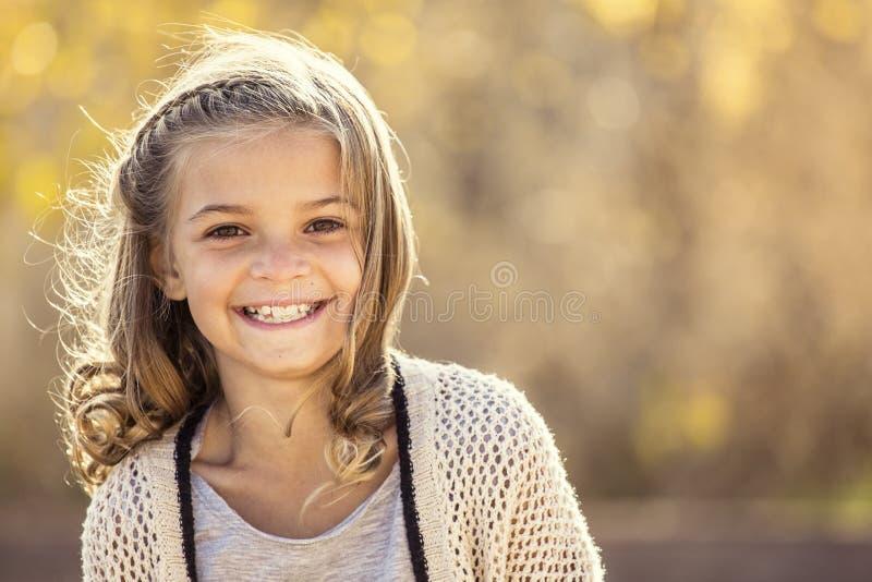 Όμορφο πορτρέτο του χαμογελώντας μικρού κοριτσιού υπαίθρια στοκ φωτογραφία