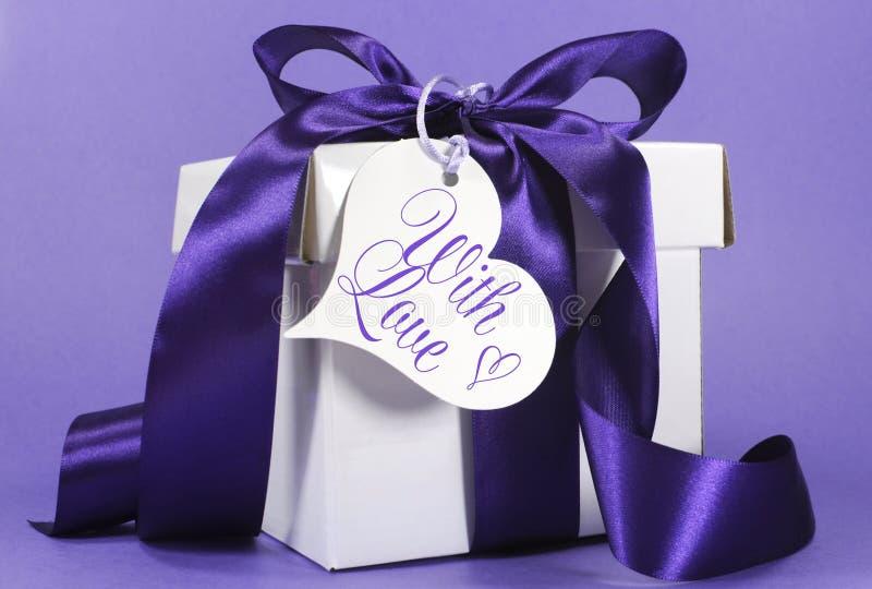 Όμορφο πορφυρό και άσπρο δώρο με την κορδέλλα πολυτέλειας στοκ εικόνα