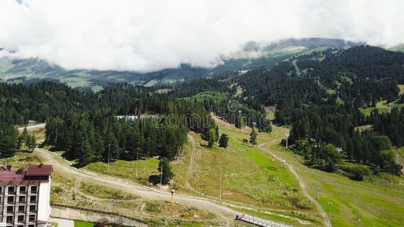 Όμορφο πράσινο τοπίο βουνών με τα δέντρα Τοπ άποψη της ορεινής περιοχής που καλύπτεται με τα δάση στοκ εικόνες