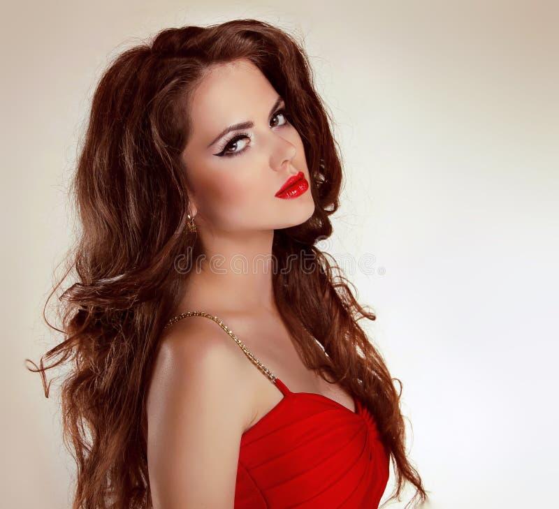 Όμορφο προκλητικό κορίτσι brunette με τα κόκκινα χείλια στοκ φωτογραφία