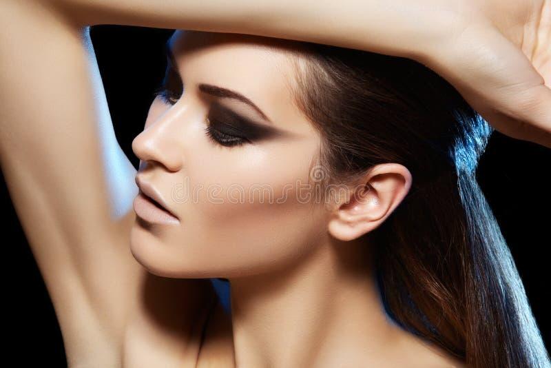 Όμορφο προκλητικό μοντέλο, σύνθεση συμβαλλόμενων μερών νύχτας μόδας στοκ φωτογραφία