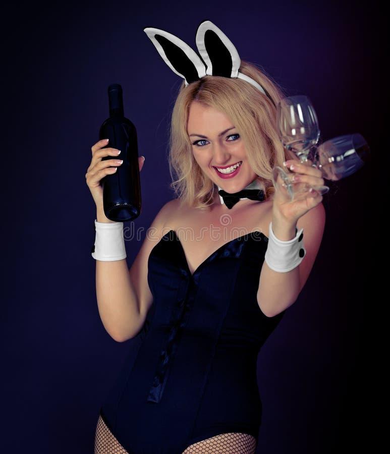 Όμορφο προκλητικό κορίτσι με ένα μπουκάλι κρασιού και δύο γυαλιών στοκ φωτογραφία με δικαίωμα ελεύθερης χρήσης