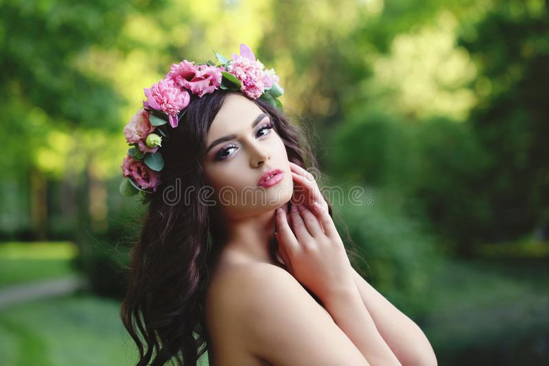 Όμορφο πρόσωπο Γυναίκα άνοιξη με τη μακρυμάλλη φορώντας ρόδινη κορώνα λουλουδιών στοκ εικόνες με δικαίωμα ελεύθερης χρήσης