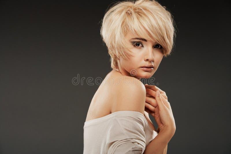 Όμορφο πρόσωπο γυναικών του άσπρου προτύπου με την κοντή ξανθή τρίχα στοκ φωτογραφία με δικαίωμα ελεύθερης χρήσης