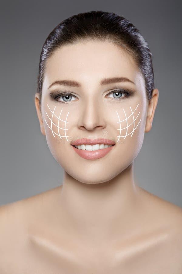 Όμορφο πρόσωπο γυναικών ` s με τα μπλε μάτια και το καθαρό φρέσκο δέρμα Πορτρέτο SPA στοκ εικόνες