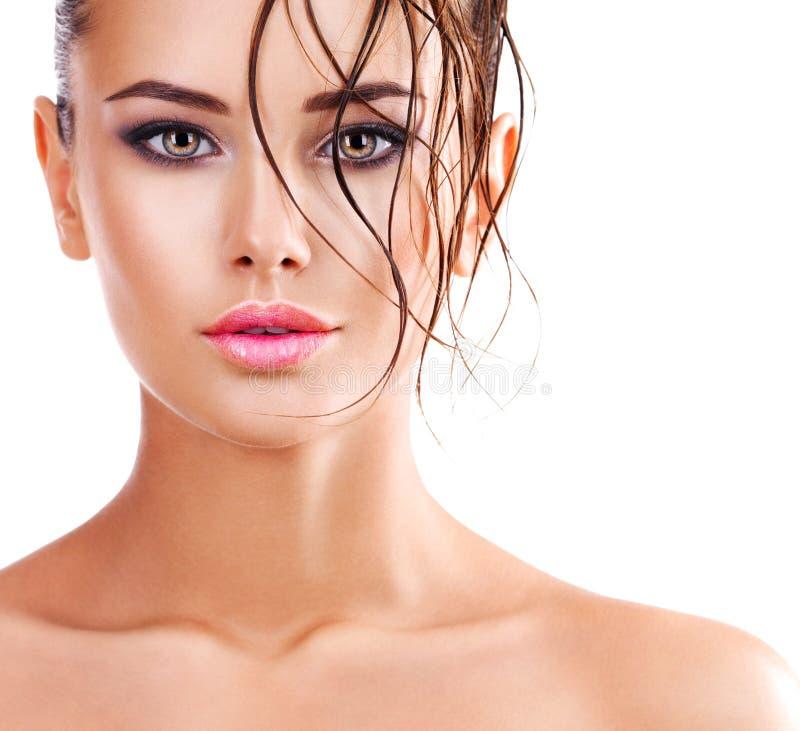 Όμορφο πρόσωπο μιας γυναίκας με το σκοτεινό καφετί μάτι makeup στοκ φωτογραφία με δικαίωμα ελεύθερης χρήσης