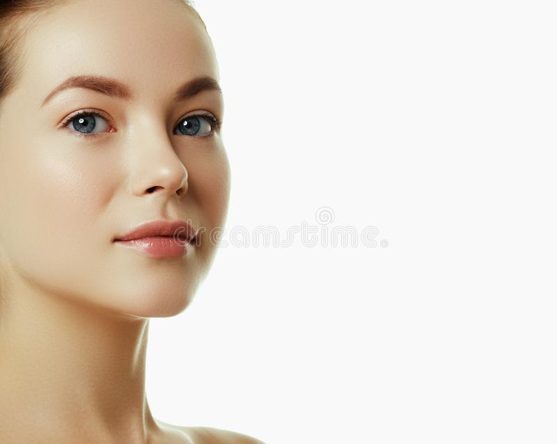 Όμορφο πρόσωπο μιας νέας καυκάσιας γυναίκας Πρόσωπο ομορφιάς γυναικών στοκ φωτογραφία