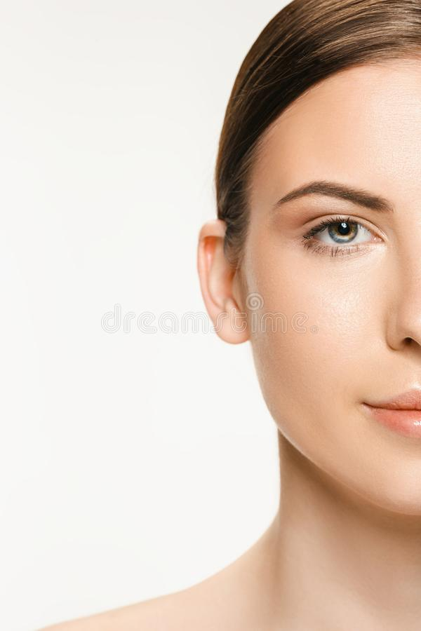 Όμορφο πρόσωπο της νέας ενήλικης γυναίκας με το καθαρό φρέσκο δέρμα που απομονώνεται στο λευκό στοκ φωτογραφία με δικαίωμα ελεύθερης χρήσης