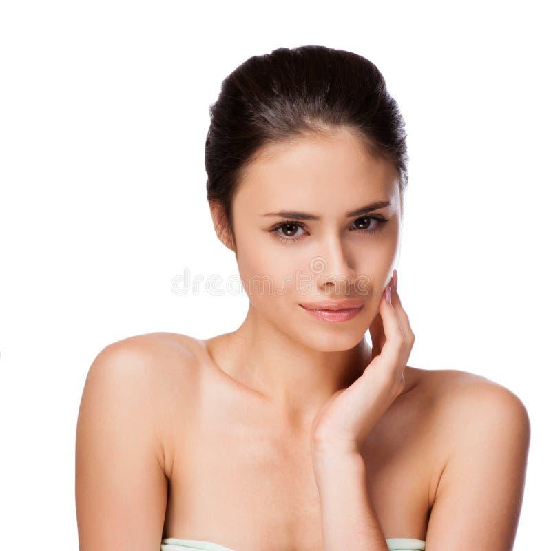 Όμορφο πρόσωπο της νέας ενήλικης γυναίκας με το καθαρό φρέσκο δέρμα στοκ εικόνα με δικαίωμα ελεύθερης χρήσης