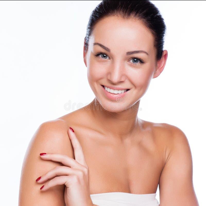 Όμορφο πρόσωπο της όμορφης χαμογελώντας γυναίκας - που θέτει στο στούντιο isolat στοκ φωτογραφία
