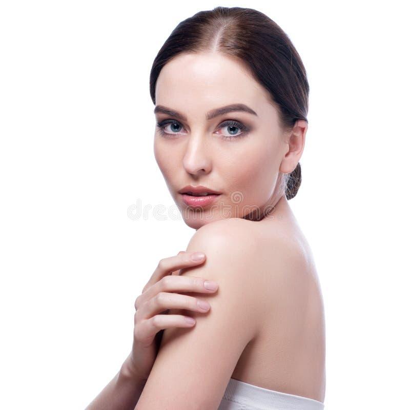 Όμορφο πρόσωπο της όμορφης χαμογελώντας γυναίκας - τοποθέτηση στο στούντιο που απομονώνεται στο λευκό στοκ εικόνες με δικαίωμα ελεύθερης χρήσης