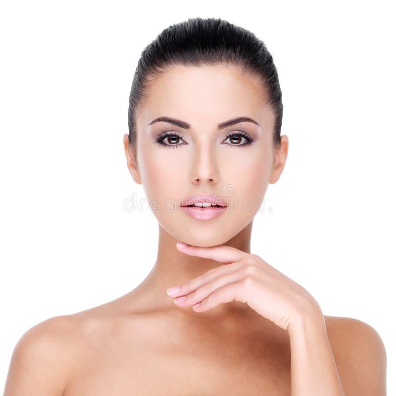 Όμορφο πρόσωπο του νέου κοριτσιού με το φρέσκο υγιές δέρμα στοκ φωτογραφία με δικαίωμα ελεύθερης χρήσης