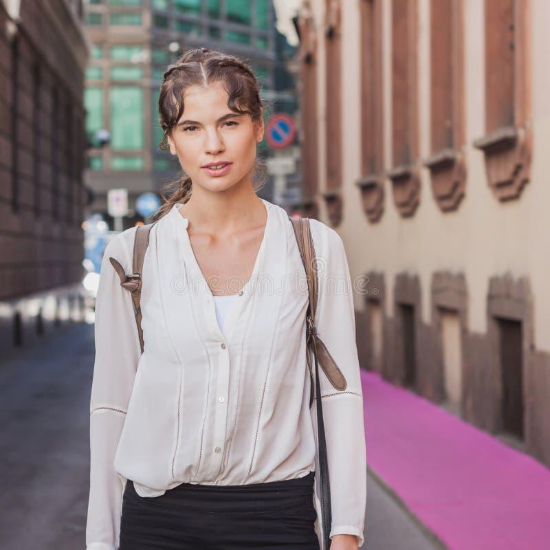 Όμορφο πρότυπο έξω από το κτήριο επιδείξεων μόδας Grinko για την εβδομάδα 2014 μόδας των γυναικών του Μιλάνου στοκ εικόνες