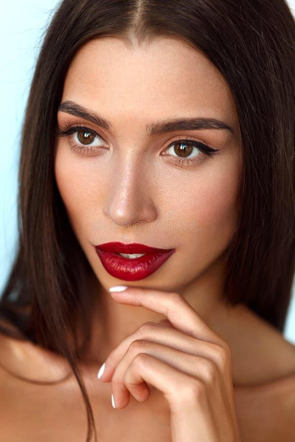 Όμορφο πρότυπο γυναικών με το πρόσωπο ομορφιάς και επαγγελματικό Makeup στοκ εικόνα με δικαίωμα ελεύθερης χρήσης