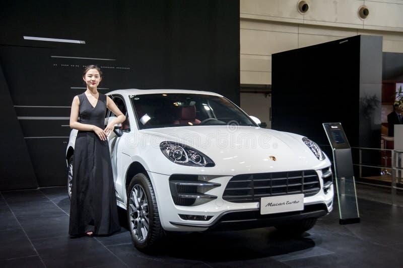 Όμορφο πρότυπο εκτός από το αυτοκίνητο της Porsche στοκ φωτογραφία