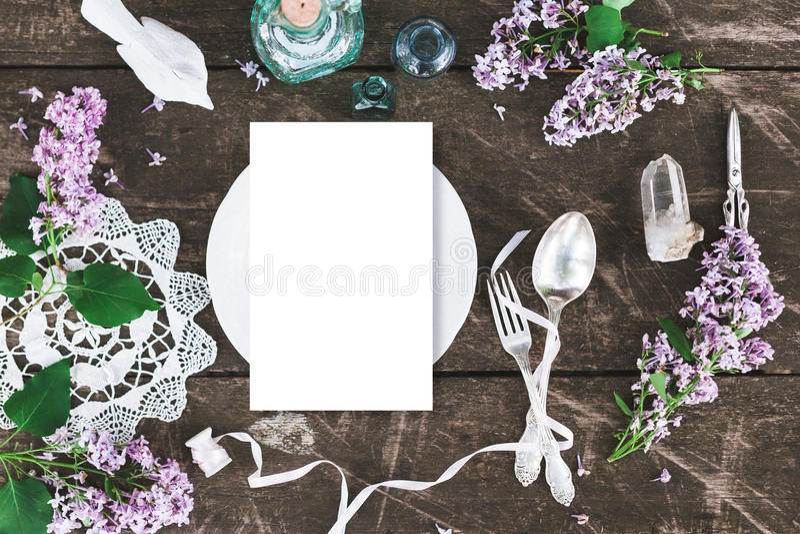 Όμορφο πρότυπο επιτραπέζιας οργάνωσης άνοιξη με τη διακόσμηση λουλουδιών boho στοκ φωτογραφίες