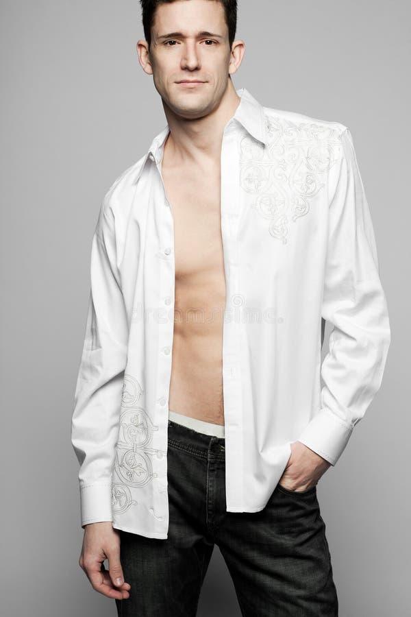 όμορφο πρότυπο θέτοντας λευκό πουκάμισων μόδας στοκ φωτογραφία
