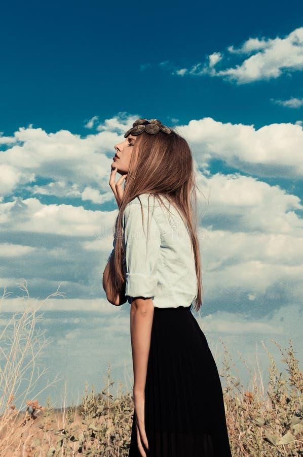 Όμορφο πρότυπο κορίτσι σε έναν θερινό τομέα στοκ φωτογραφία