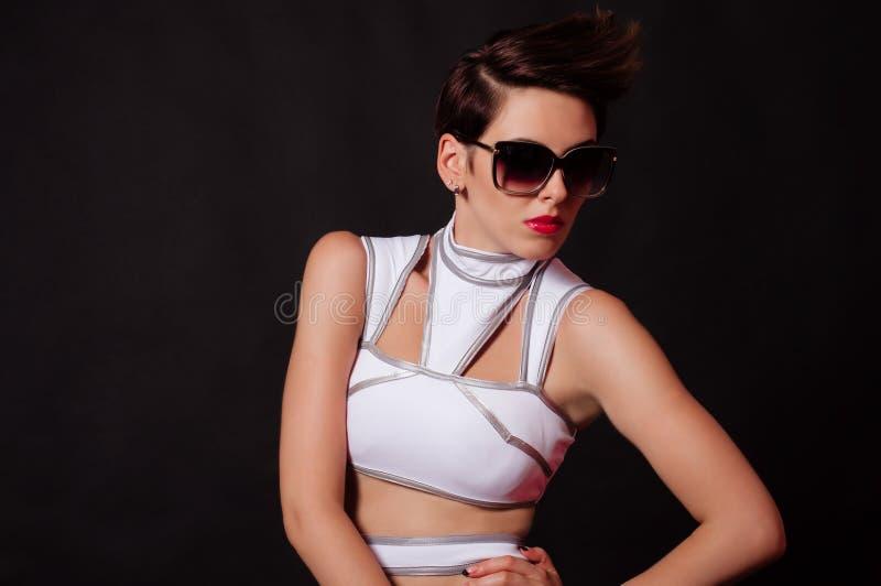 Όμορφο πρότυπο κορίτσι στο μαγιό με τα γυαλιά ηλίου στοκ εικόνες με δικαίωμα ελεύθερης χρήσης