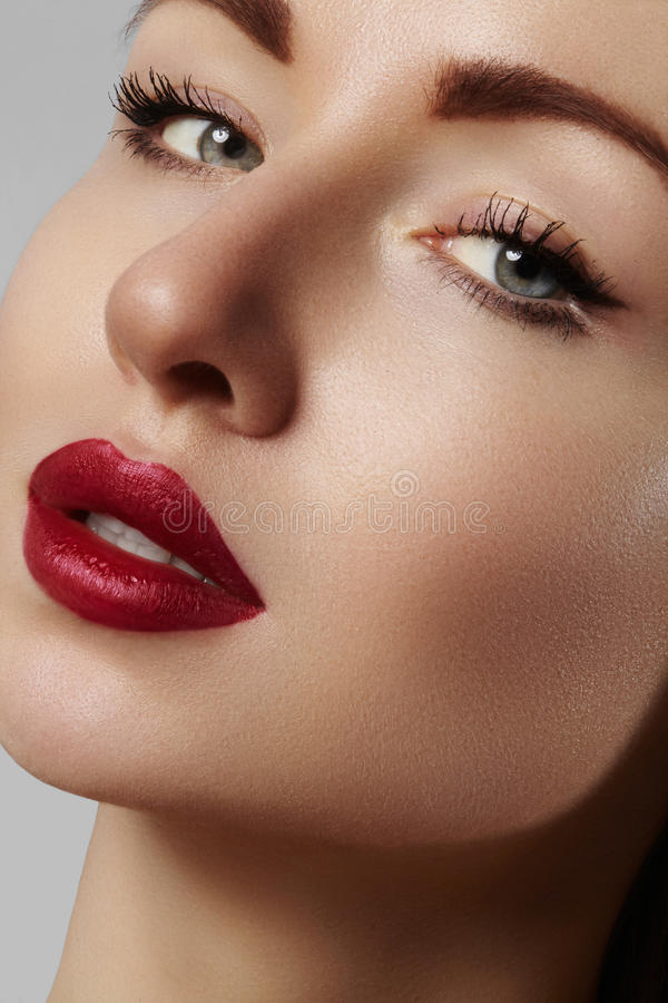 Όμορφο πρότυπο με τη σύνθεση μόδας Η προκλητική γυναίκα πορτρέτου κινηματογραφήσεων σε πρώτο πλάνο με το χείλι γοητείας σχολιάζει στοκ φωτογραφία με δικαίωμα ελεύθερης χρήσης