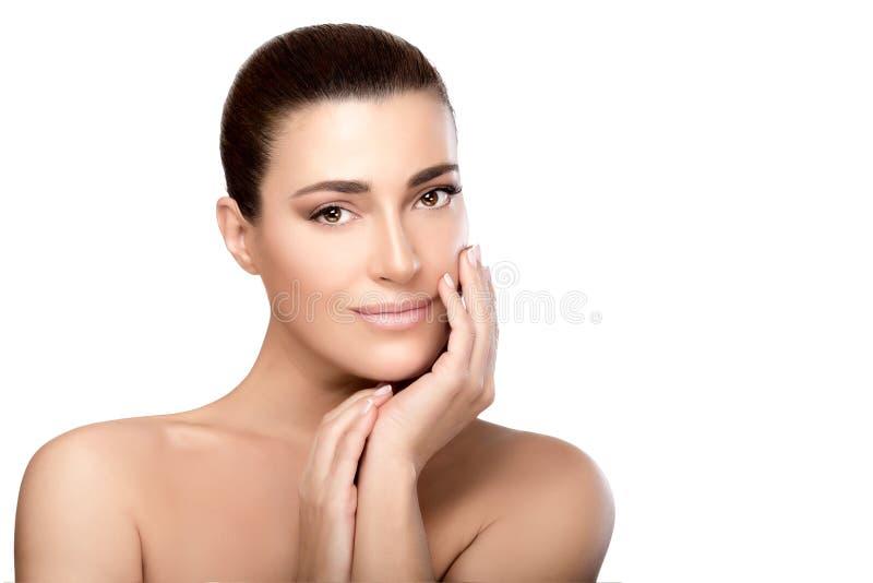 Όμορφο πρότυπο με το χέρι στο πρόσωπο Έννοια Skincare στοκ εικόνες