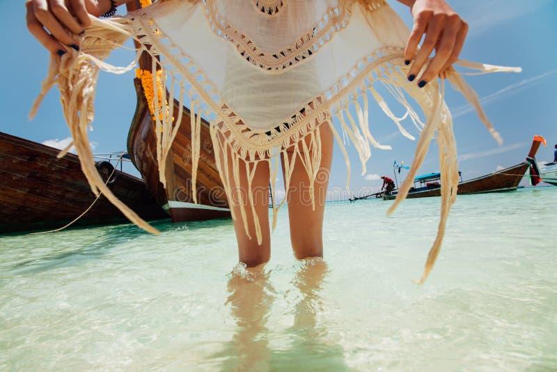 Όμορφο πρότυπο νέων κοριτσιών σε μια τοποθέτηση μαγιό ενάντια σε μια παραδοσιακή ταϊλανδική ξύλινη βάρκα στοκ εικόνες