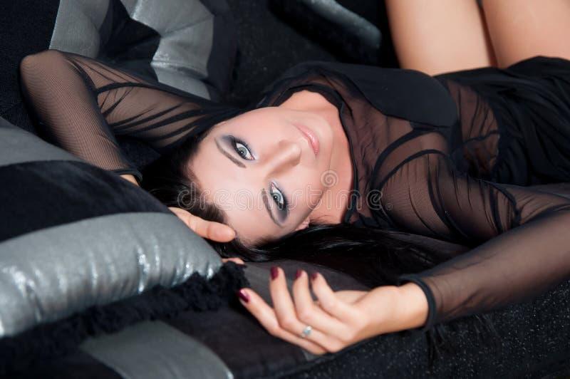 Όμορφο πρότυπο να βρεθεί γυναικών στο μαύρο εσωτερικό φορεμάτων στοκ φωτογραφία με δικαίωμα ελεύθερης χρήσης
