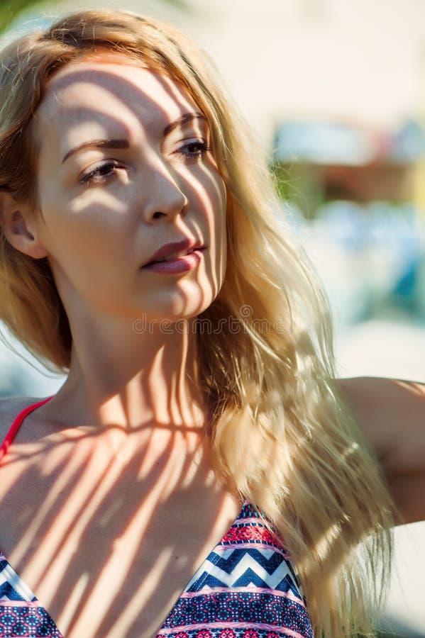 Όμορφο πρότυπο ξανθό κορίτσι μπικινιών στοκ εικόνες με δικαίωμα ελεύθερης χρήσης